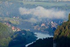 从Bastei, Sachsische Schweiz的易北河视图 免版税库存照片