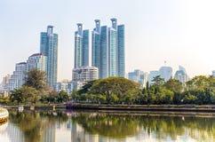 从Benjakitti的都市风景全景与摩天大楼的和地平线在曼谷,泰国停放 库存照片