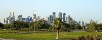 从Bidda看见的塔在多哈,卡塔尔停放 免版税库存照片