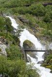 从Briksdalsbreen冰川熔化冰的山河在夏天 免版税库存图片