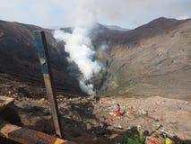 从bromo vacano火山口嘴的烟  免版税库存照片