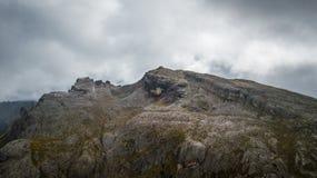 从Cinque和Nuvolau观看的Averau Torri在一多云天 惊叹 库存图片