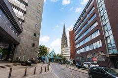 从Deichstrasse的圣尼古拉斯教会在汉堡 免版税图库摄影