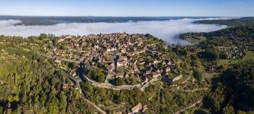 从Domme村庄的鸟瞰图在多尔多涅省 免版税库存图片