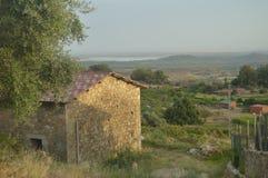 从El Raso山的美妙的看法在背景中您看您的在El Raso阿维拉的湖美好的风景 风景 免版税库存照片