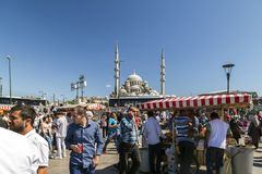 从Eminonu,其中一个的看法由金黄垫铁的拥挤和最普遍的斑点,伊斯坦布尔 库存图片