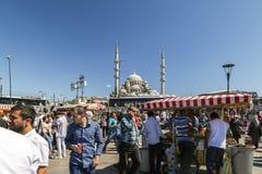 从Eminonu,其中一个的看法由金黄垫铁的拥挤和最普遍的斑点,伊斯坦布尔 免版税库存图片