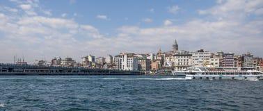 从Eminonu,其中一个的看法由金黄垫铁的拥挤和最普遍的斑点,伊斯坦布尔 图库摄影