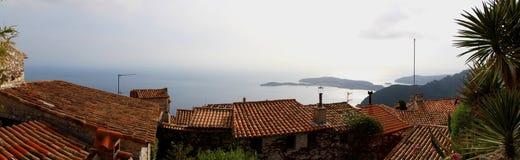 从Eze村庄庭院的沿海全景 免版税库存照片
