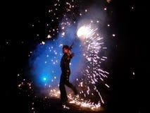 从FlameOz fireshow的一个执行者在Mytholmroyd艺术节 库存照片