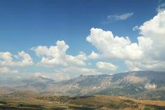 从Gjirokast�r城堡看见的山  库存照片