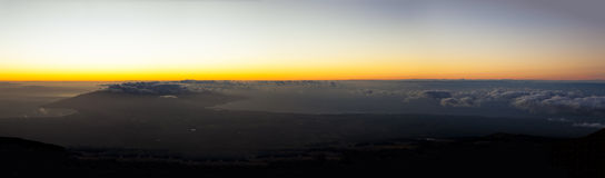 从Haleakala火山查看的毛伊日落 库存图片
