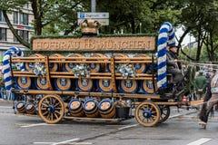从Hofbräuhaus的啤酒无盖货车在慕尼黑啤酒节初 免版税库存图片