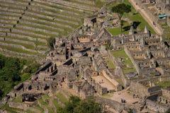 从Huayna Picchu房子和大阳台的Machu picchu 免版税库存照片