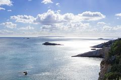 从Ibizza海岛的海视图从上面到沿海水域 免版税库存照片