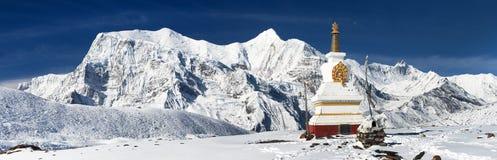 从Ice湖和stupa的安纳布尔纳峰范围 库存照片