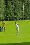 从Jupan的高尔夫球运动员完成他的摇摆 库存图片