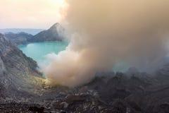 从Kawah伊真火山火山火山口的硫磺发烟在印度尼西亚 库存照片