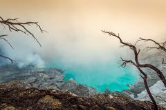 从Kawah伊真火山火山火山口的硫磺发烟在印度尼西亚 免版税库存照片