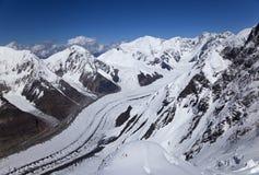 从Khan Tengri峰顶, Tian掸人山的视图 库存图片