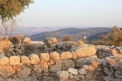 从Khirbet Qeyafa的视图对在Judeia小山的Tel Suqo 免版税库存照片
