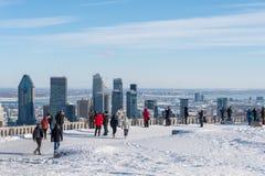 从Kondiaronk眺望楼的蒙特利尔地平线在冬天 免版税图库摄影