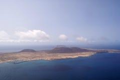 从Lanzarote看见的La Graciosa海岛 免版税库存照片