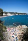 从lloret de 3月的充分的海滩 免版税库存图片