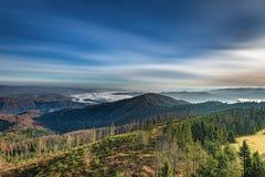 从Luban峰顶的有薄雾的日出风景在Gorce山 免版税图库摄影