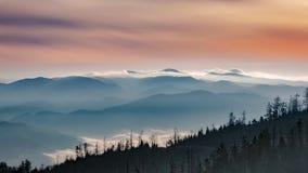 从Luban峰顶的有薄雾的日出风景在Gorce山 图库摄影