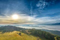 从Luban峰顶的有薄雾的日出风景在Gorce山 库存照片