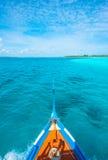 从Maldivian木dhoni小船弓的视图在热带海岛的 库存照片