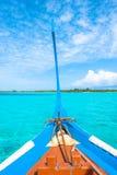 从Maldivian木dhoni小船弓的视图在热带海岛的 图库摄影