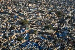 从Mehrangarh Mehran堡垒,乔德普尔城,拉贾斯坦,印度的蓝色城市 库存照片