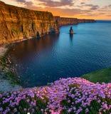 从moher峭壁的美好的日落在县克莱尔,爱尔兰 免版税库存图片