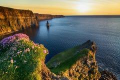 从moher峭壁的美好的日落在县克莱尔,爱尔兰 免版税库存照片
