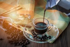 从moka罐的倾吐的浓咖啡 库存照片