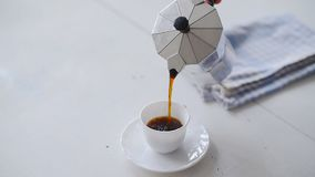 从Moka罐的手倾吐的咖啡 空白表 影视素材