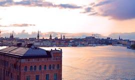 从monteliusvägen的风景斯德哥尔摩都市风景观点在日落 免版税库存图片