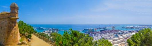 从Montjuic山向海,海口,堡垒塔巴塞罗那的美好的全景 库存图片