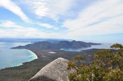从Mt Freycinet的葡萄酒杯海湾在Freycinet国立公园在塔斯马尼亚,澳大利亚 免版税库存图片