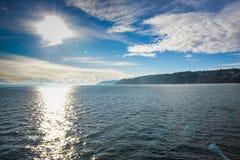 从Mukilteo的轮渡乘驾向一美丽晴朗的惠德比岛 库存图片