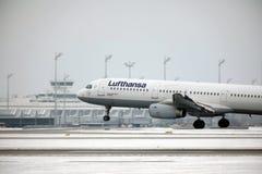 从Munchen机场A321-100 D-AIRO离开的汉莎航空公司 免版税库存照片