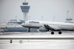 从Munchen机场A321-100 D-AIRO离开的汉莎航空公司 免版税图库摄影