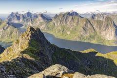 从Munkan山峰顶的Amazong视图在Lofotens,挪威 免版税图库摄影