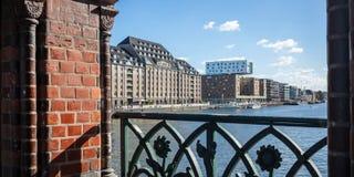 从Oberbaum桥梁,克罗伊茨贝格东边,柏林,德国的全景 天空蔚蓝、船和城市背景 免版税图库摄影