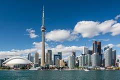 从Ontario湖的典型的多伦多地平线在美好的晴天 库存照片