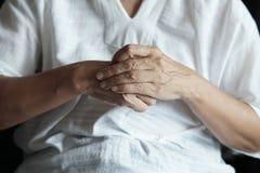 从pai的关节炎老人和年长妇女女性痛苦 免版税库存照片