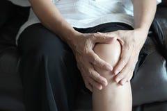 从pai的关节炎老人和年长妇女女性痛苦 免版税图库摄影