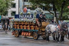 从Paulaner的啤酒无盖货车在帐篷所有者和啤酒厂在慕尼黑啤酒节初游行 免版税库存照片